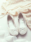 Zapatos de plata del brillo Foto de archivo libre de regalías