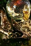 Zapatos de plata del partido en suelo con el vidrio del champán Fotos de archivo