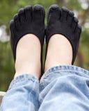 Zapatos de punta negros en el carril de la cubierta Foto de archivo libre de regalías