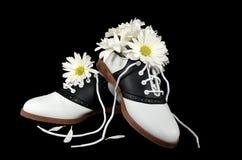Zapatos de silla de montar con las margaritas Imagen de archivo
