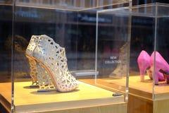 Zapatos de tacón alto costosos en ventana de las compras Imagen de archivo