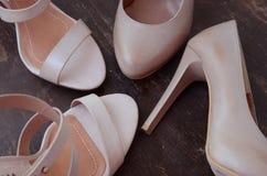 Zapatos de tacón alto de la mujer imagenes de archivo