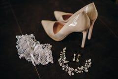 Zapatos de tacón alto elegantes con las decoraciones para la novia Imagen de archivo libre de regalías