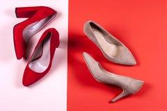 Zapatos de tacón alto femeninos rojos y en colores pastel Fotografía de archivo libre de regalías