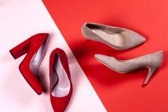 Zapatos de tacón alto femeninos rojos y en colores pastel Fotografía de archivo
