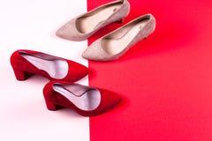 Zapatos de tacón alto femeninos rojos y en colores pastel Imagenes de archivo