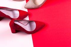 Zapatos de tacón alto femeninos rojos y en colores pastel Fotos de archivo