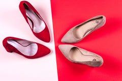 Zapatos de tacón alto femeninos rojos y en colores pastel Foto de archivo libre de regalías