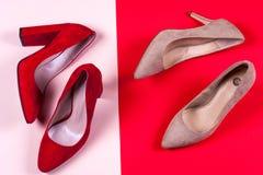 Zapatos de tacón alto femeninos rojos y en colores pastel Fotos de archivo libres de regalías