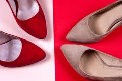 Zapatos de tacón alto femeninos rojos y en colores pastel Foto de archivo