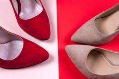 Zapatos de tacón alto femeninos rojos y en colores pastel Imagen de archivo libre de regalías