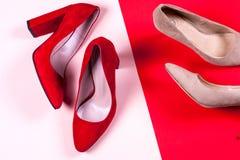 Zapatos de tacón alto femeninos rojos y en colores pastel Imagen de archivo