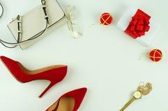 Zapatos de tacón rojos femeninos en el fondo blanco Imágenes de archivo libres de regalías