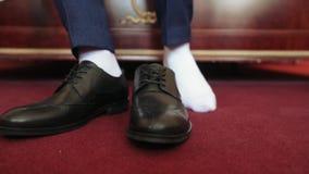 Zapatos de un hombre almacen de metraje de vídeo