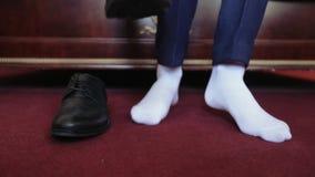 Zapatos de un hombre en cama almacen de metraje de vídeo