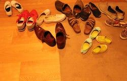 Zapatos dejados en la puerta Imágenes de archivo libres de regalías