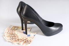 Zapatos del alto talón en el dinero. Fotos de archivo libres de regalías