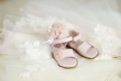 Zapatos del bautizo del bebé Imagen de archivo
