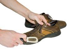 Zapatos del cepillo del hombre Foto de archivo
