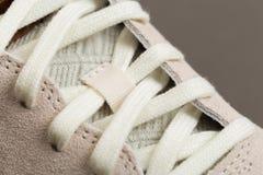 Zapatos del deporte con los cordones blancos fotografía de archivo