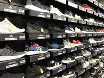Zapatos del deporte de Adidas fotos de archivo