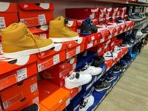 Zapatos del deporte de Nike en fila en tienda local fotos de archivo libres de regalías
