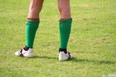 Zapatos del deporte en el campo Fotos de archivo libres de regalías