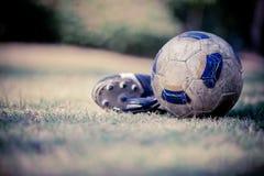Zapatos del fútbol y del fútbol Fotos de archivo libres de regalías