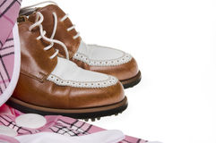 Zapatos del golf de las señoras y ropa de la tela escocesa Imagenes de archivo
