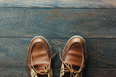 Zapatos del hombre en la madera Foto de archivo