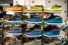 Zapatos del hombre en una zapatería Imagenes de archivo