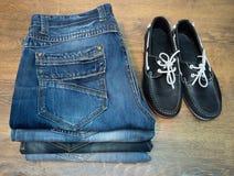 Zapatos del mocasín de los vaqueros de la ropa Foto de archivo libre de regalías