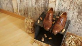 Zapatos del novio de la boda de la elegancia almacen de metraje de vídeo