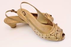 Zapatos del oro para las mujeres Imagen de archivo libre de regalías