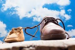 Zapatos del padre y del niño Foto de archivo