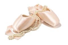 Zapatos del pointe del ballet con el collar de la perla Imagen de archivo libre de regalías