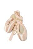 Zapatos del pointe del ballet con el collar de la perla Foto de archivo libre de regalías