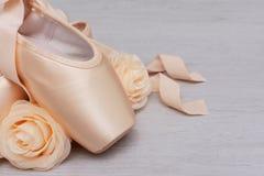 Zapatos del punto del ballet en fondo de madera fotos de archivo