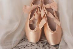 Zapatos del punto del ballet en fondo de madera foto de archivo libre de regalías