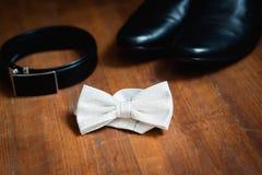 Zapatos del ramo y de la dama de honor de la boda en la estera azul Fotografía de archivo