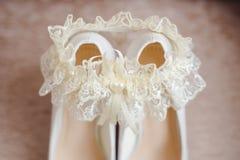 Zapatos del ` s de la novia con una liga imágenes de archivo libres de regalías