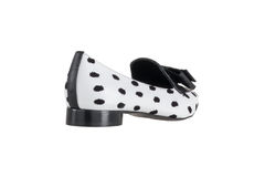 Zapatos del ` s de las mujeres en un fondo blanco calzado superior Zapatos calificados italiano Imagenes de archivo