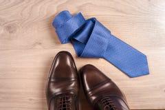 Zapatos del ` s de los hombres de los accesorios del ` s de los hombres, lazo en un fondo de madera Accesorios clásicos del ` s d Imagenes de archivo