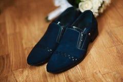 Zapatos del ` s de los hombres, azul marino, casandose los accesorios, novio de la mañana en un fondo de madera marrón Imagen de archivo