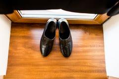 Zapatos del ` s de los hombres, casandose los accesorios para la mañana del novio, en un fondo de madera marrón Fotos de archivo
