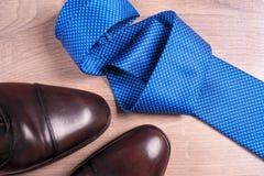 Zapatos del ` s de los hombres de los accesorios del ` s de los hombres, lazo en un fondo de madera Accesorios clásicos del ` s d Fotografía de archivo