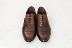Zapatos del ` s de los hombres del cuero de Brown Accesorios del novio Imágenes de archivo libres de regalías