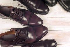 Zapatos del ` s de los hombres en el fondo blanco Copie el espacio para el texto Fotos de archivo libres de regalías