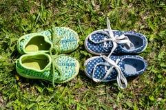 Zapatos del ` s de los niños en la hierba Foto de archivo