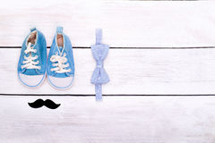 Zapatos del ` s de los niños, mentira de la corbata de lazo en un fondo de madera blanco Ver Imagen de archivo libre de regalías